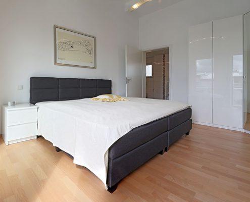 Gesunder Wohnkomfort dank ökologischem Innenputz und einer Wandfarbe, die die Wärmestrahlung im Raum reflektiert.