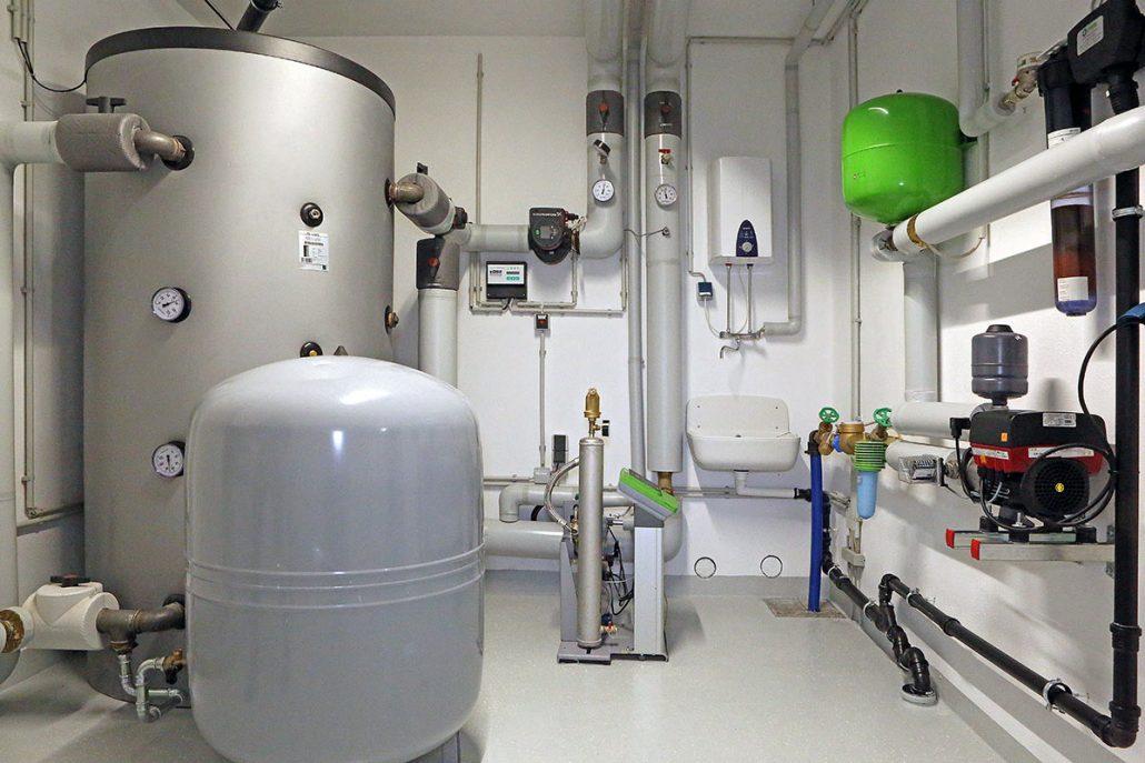 Heizungsanlage bestehend aus moderner Kraft-Wärme-Kopplung in Form eines Blockheizkraftwerks und verbrauchsarmer Gas-Brennwertheiztechnik