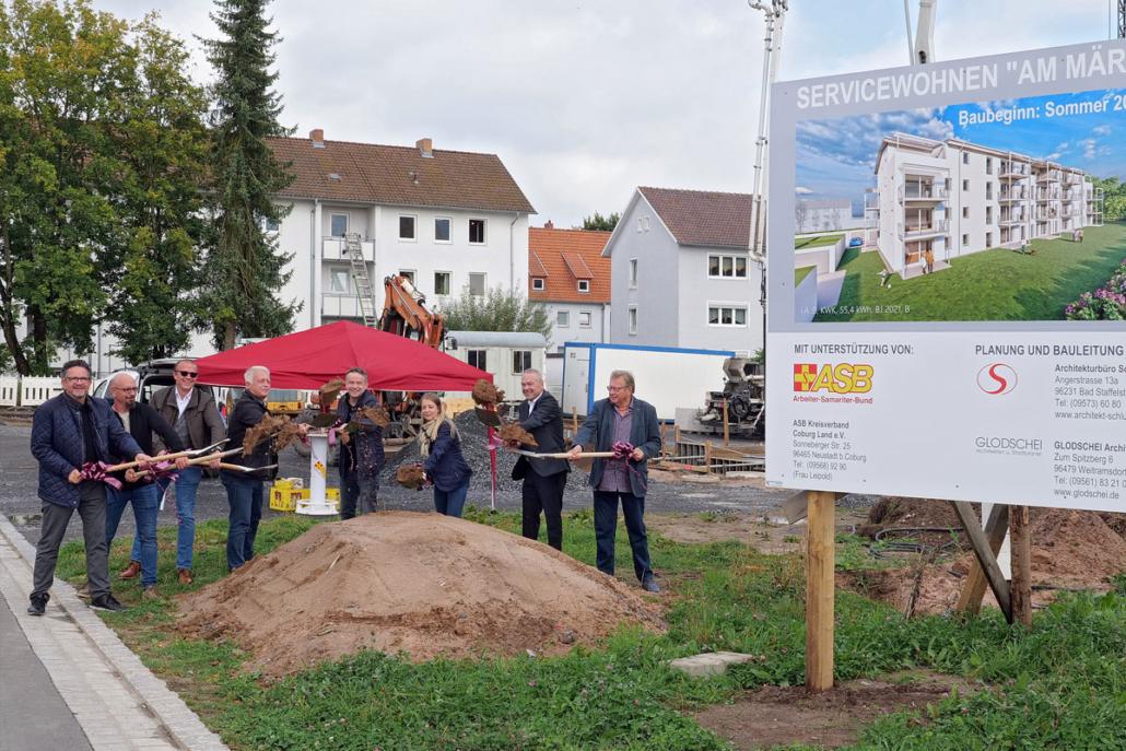 Der offizielle Spatenstich mit Vertreter/innen der beteiligten Firmen sowie Oberbürgermeister Frank Rebhan (2. von rechts) markierte den Baubeginn zum Wohnen am Märchenpark in Neustadt bei Coburg.